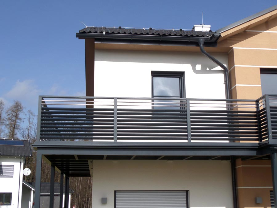 balkongel nder mit querlattung und lochblech. Black Bedroom Furniture Sets. Home Design Ideas